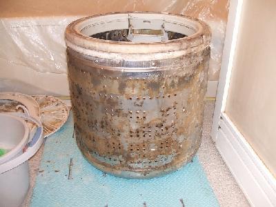 分解後、洗濯槽についた、カビ・汚れがいっぱいの状態